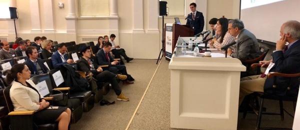 La Cónsul Yida Ximena Mora asiste al panel 'Logrando la paz: Desafíos financieros, desarrollo y violencia', en el marco de la V Conferencia de Colombia en MIT y Harvard